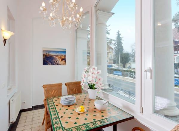 Für die Zubereitung der Lieblingsspeisen bietet die in den Wohnraum integrierte Küchenzeile dank 4-Platten-Kochfeld, Kühlschrank mit Gefrierfach, Toaster, Wasserkocher, Kaffeemaschine ...