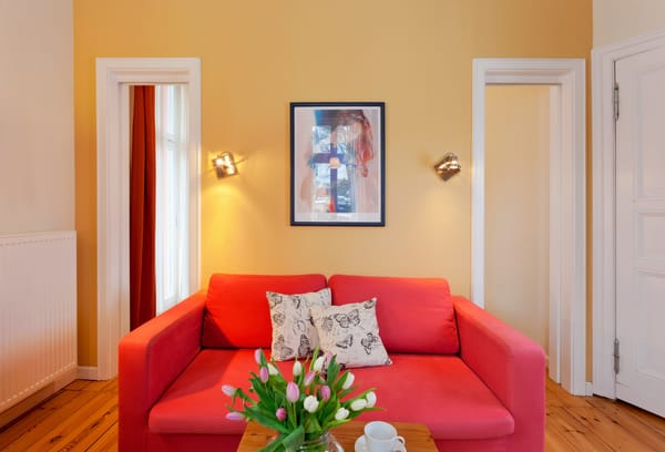 Die Couch im Wohnbereich kann als Schlafstätte für einen weiteren Gast umfunktioniert werden.