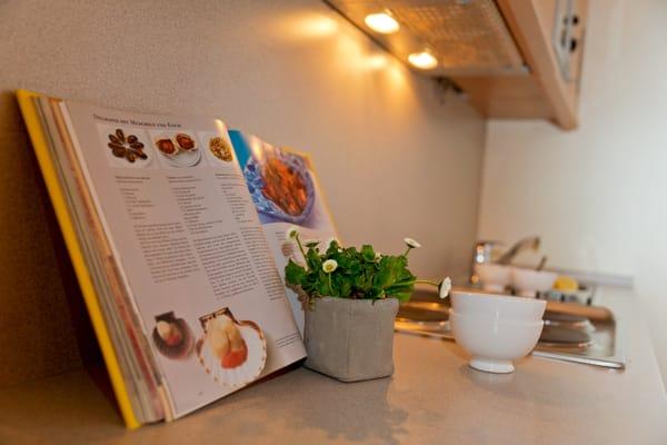 ... dank 4-Platten-Kochfeld, Kühlschrank mit Gefrierfach, Toaster, Wasserkocher, Kaffeemaschine beste Voraussetzungen.