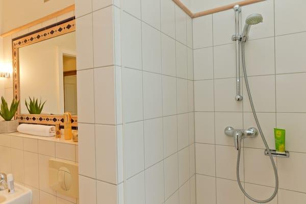 ... und Dusche ausgestattet.