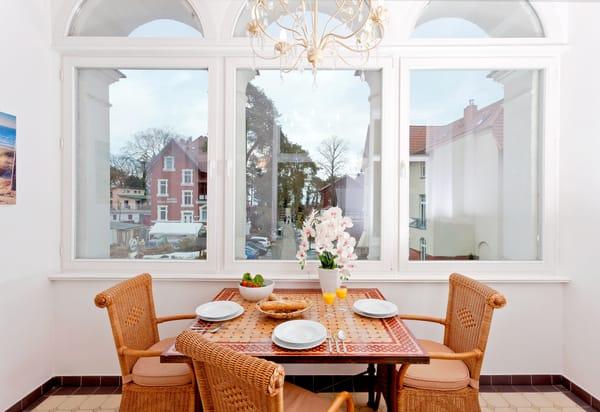 Der großzügige Wohnraum ist mit Flat-TV sowie bequemen Polstermöbeln ausgestattet - auch in der Loggia lässt es sich hervorragend ausruhen.