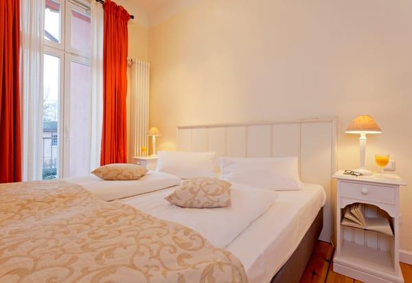 Das freundliche Schlafzimmer lockt für die Nachtruhe, aber auch für ein Schlummerstündchen am Nachmittag, mit einem bequemen Doppelbett (180x200cm).
