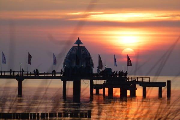 Seebrücke und Tauchglocke am Abend