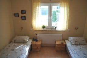 Kinderschlafzimmer - ausgestattet mit zwei Betten, Kleiderschrank und kleinem Sessel - 1 Kinderreisebett ist auch vorhanden