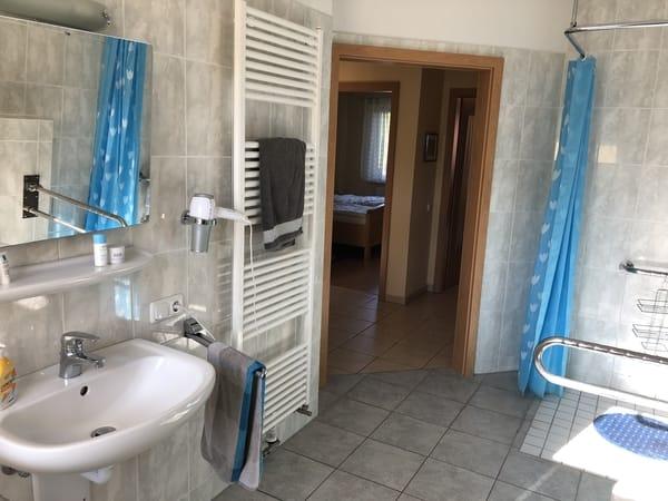 Fußbodenheizung und Handtuchheizkörper sowie ebenerdige Dusche sind ebenfalls vorhanden - Fön bitte selber mitbringen