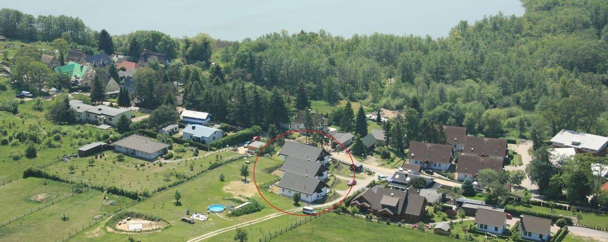 Luftaufnahme Ferienhäuser und Doppelhaushälfte im Seebad Bansin mit Pool und Spielplatz.