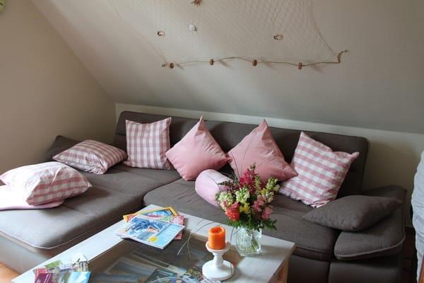 Blick im Wohnraum zur Couch