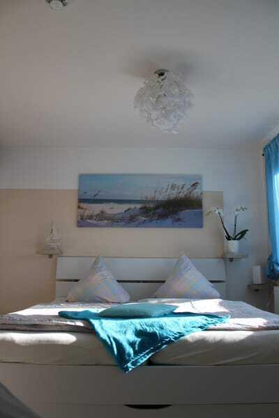 Schlafzimmer - großes bequemes  Ehebett