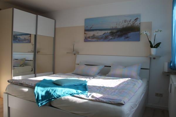 Schlafzimmer - komfortabler Schwebetüren-Kleiderschrank