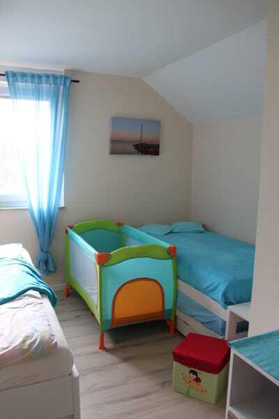 Schlafzimmer mit Babyreisebett für die Kleinsten