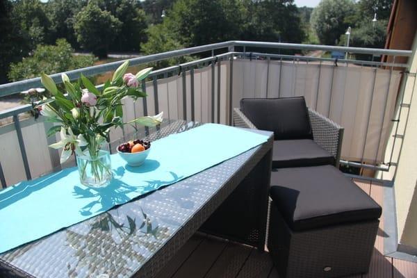 auf dem Balkon den Tag bei einem Glas Wein ausklingen lassen
