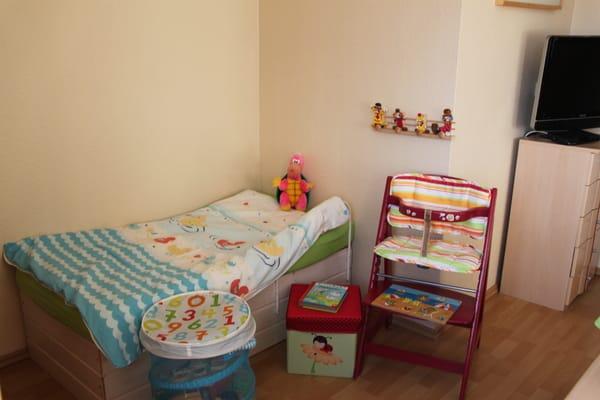 Kinderbett und Hochstuhl