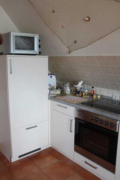 Kühlschrank mit Gefrierfach, Herd, Mikrowelle