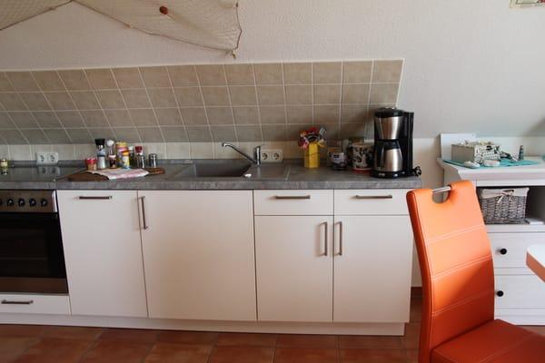 Küchenzeile mit Geschirrspüler und Spülbecken