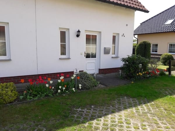 Eingang mit hübscher Blumenrabatte
