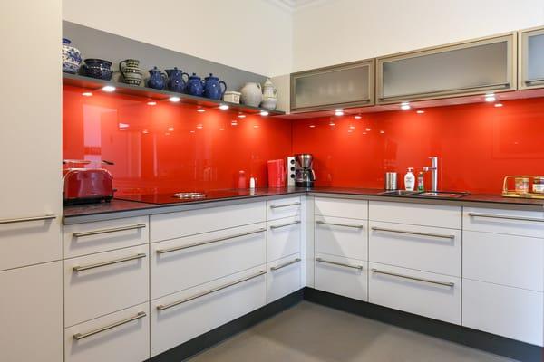 Die moderne Küchenzeile bietet Ihnen allen erdenklichen Komfort: BORA-4 Platten-Cerankochfeld mit integriertem Dunstabzug, Backofen, Mikrowelle, Geschirrspüler, Kühlschrank mit Eisfach etc.