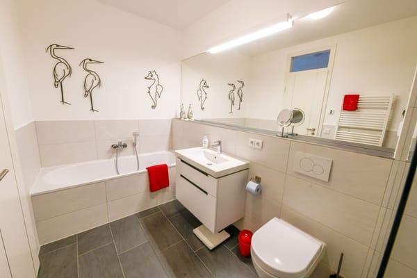 Das Bad hält Badewanne, WC, Echtglasdusche und Fön für Sie bereit.