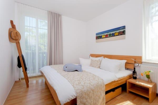Das Schlafzimmer ist mit einem Doppelbett 160 x 200 cm (durchgehende Matratze) mit Leselampe ausgestattet. Die Aufbettung für ein Kind ist im Schlafzimmer im Babyreisebett (max. 3 Jahre) ...