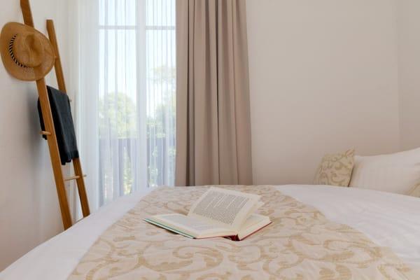 ... oder auf Faltmatratze (3 – 10 Jahre) 80 x 200 cm möglich.  Ein kostenfreier WLAN Anschluss komplettiert den Urlaubskomfort.