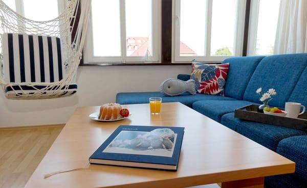 Der Wohnbereich verfügt über eine gemütliche Couch (mit Ausziehfunktion für Aufbettung) mit Leselampe, ...