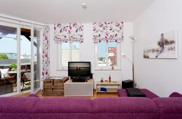 Der Wohnbereich verfügt über eine gemütliche Couch (mit Ausziehfunktion/Liegefläche ca. 140x220cm) mit Leselampe,  Flachbild-TV (32 Zoll), ...