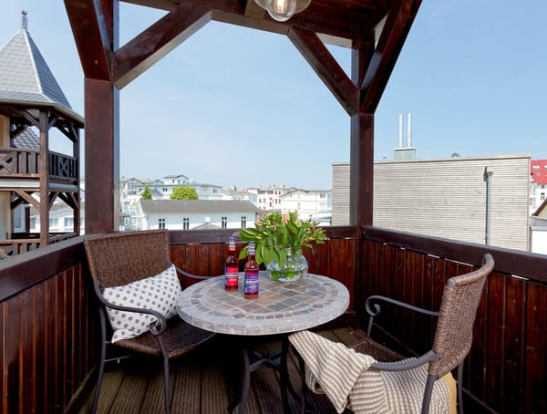 ... sowie einen Esstisch mit Schwingstühlen und Balkon für die gemütlichen Stunden im Freien.