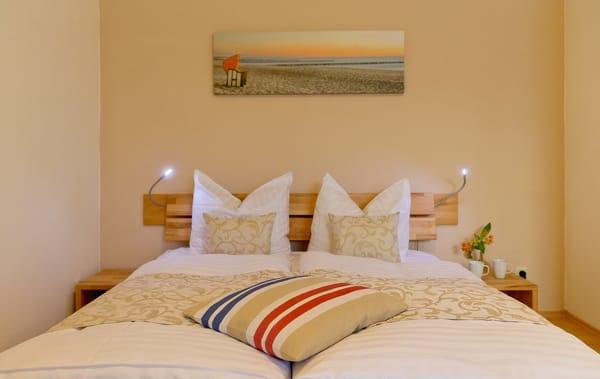 Das eine Schlafzimmer ist mit einem Doppelbett 160 x 200 cm (durchgehende Matratze) und Leselampe ausgestattet. Die Aufbettung für ein Kind ...