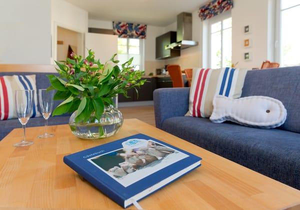 Der Wohnbereich verfügt über eine gemütliche Couch (mit Ausziehfunktion für Aufbettung) mit Leselampe,  Flachbild-TV (32 Zoll), CD / DVD / Bluray 2.1 Dolby System ...