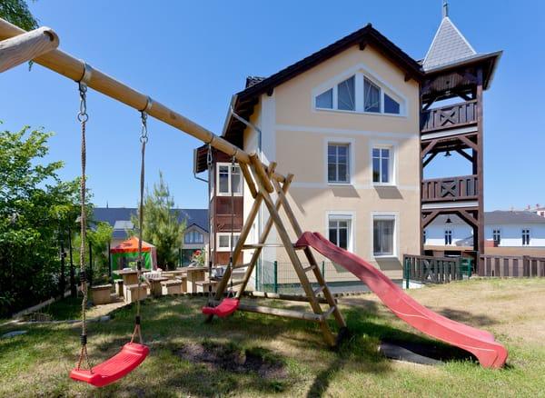 Am Haus steht Ihnen ein PKW-Stellplatz zur Verfügung. Eine Sitzecke im Garten sowie ein Spielbereich für Kinder mit Rutsche,Schaukel,Sandkasten steht unseren Gästen zur allgemeinen Nutzung bereit.