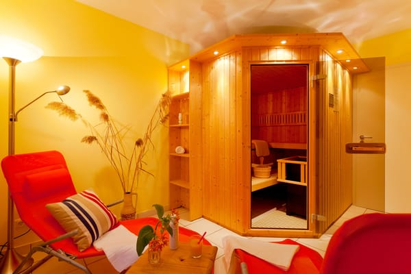 Für die kühleren Tage und Wohlfühlmomente verfügt das Haus über eine hauseigene Sauna.