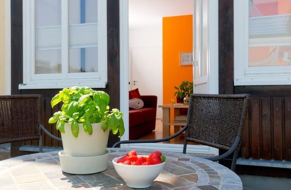 Die großzügige dem Wohnzimmer anschließende Terrasse lädt zu erholsamen Stunden ein.