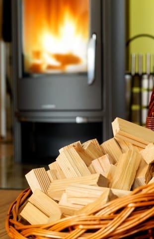 """Ein Echtholz-Kamin rundet den Komfort hervorragend ab. Gern können Sie eine """"Erstausstattung"""" an Brennholz (12,5dm³) sowie Kaminanzünder gegen Aufpreis vorab dazubuchen."""