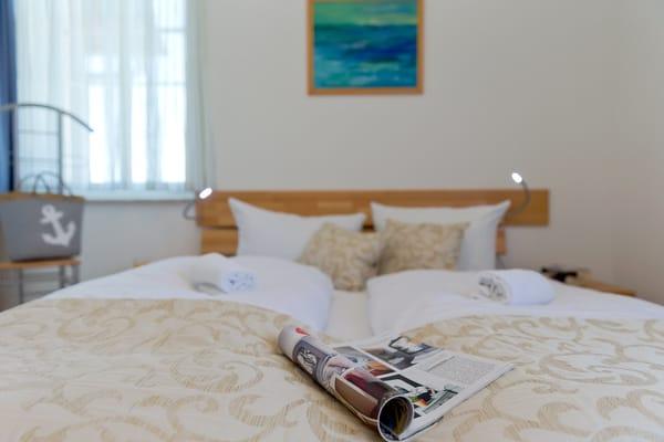 Die Aufbettung für ein Kind ist im Schlafzimmer im Babyreisebett (max. 3 Jahre) oder auf Faltmatratze (3 – 10 Jahre) 80 x 200 cm möglich.
