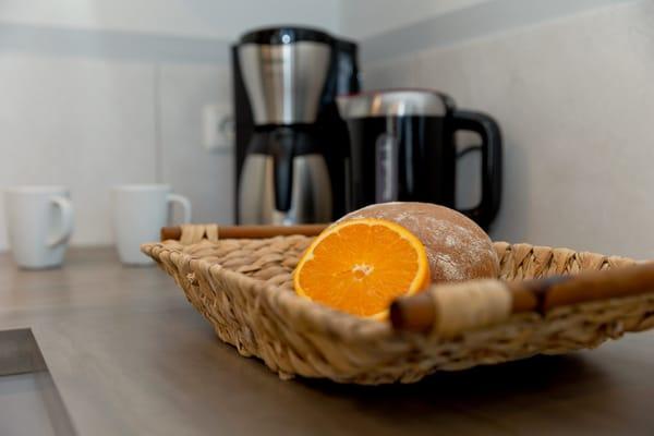 ... Spülmaschine, Wasserkocher, Toaster, Kaffeemaschine (4er Filter), Messerblock.