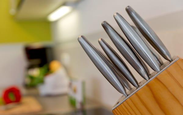... Die im Wohnbereich integrierte komplett ausgestattete Einbauküche ...