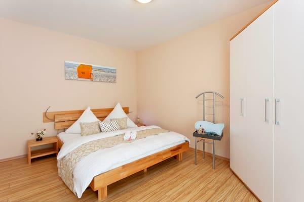 ... Das eine Schlafzimmer ist mit einem Doppelbett 160 x 200 cm (durchgehende Matratze) und Leselampe ausgestattet. Die Aufbettung für ein Kind ...