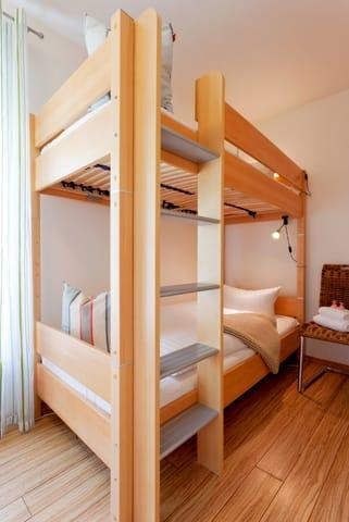 ...  ist im Schlafzimmer im Babyreisebett (max. 3 Jahre) oder auf Faltmatratze (3 – 10 Jahre) 80 x 200 cm möglich.  Im 2. Schlafzimmer befindet sich für unsere kleineren Gäste ein Etagenbett.