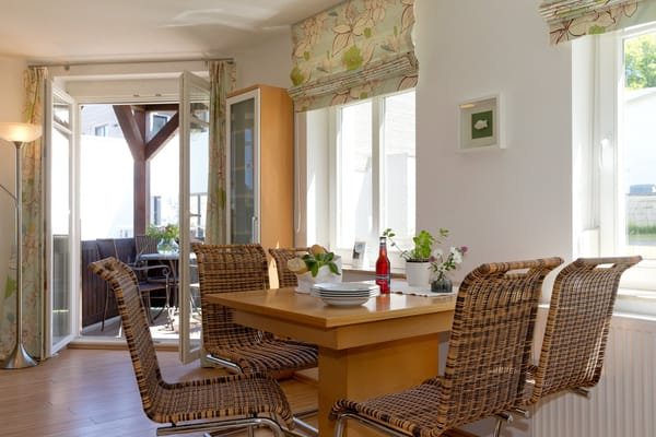 Vom Wohnbereich gelangen Sie auf Ihren Balkon mit Zugang zum Garten.