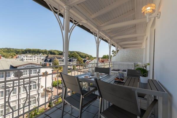 Die Ferienwohnung liegt im 3.OG. Sie erreichen Sie bequem mit dem Fahrstuhl. Rechts im Bild die Südostansicht der Villa Metropol. Ganz oben zum Türmchen hin liegt Ihr Balkon.
