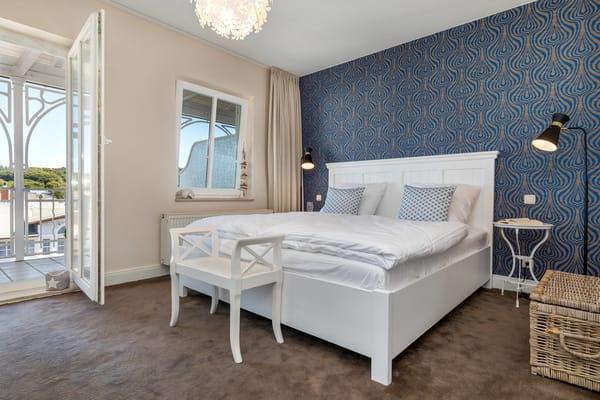 Das Doppelbett ist komfortable 1.80m breit. Verdunkelungsgardinen sorgen für angenehmen Schlaf.