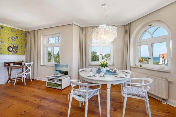 Die Wohnung wurde 2018 komplett saniert und liebevoll und hochwertig neu möbliert.