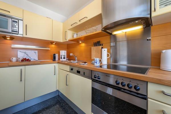 Die separate Küche hat eine hochwertige Küchenzeile. Der Eßplatz befindet sich im Wohnzimmer.