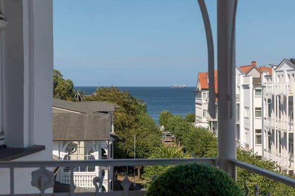 ... und bietet einen schönen Blick über den Ort bis zum Meer!