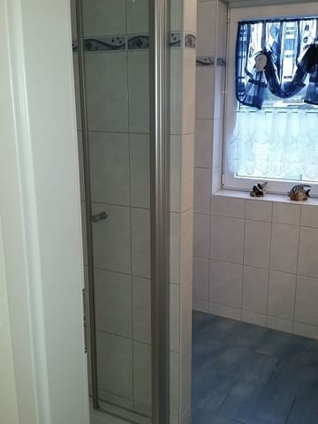 Dusche mit WC (um die Ecke) und Waschbecken