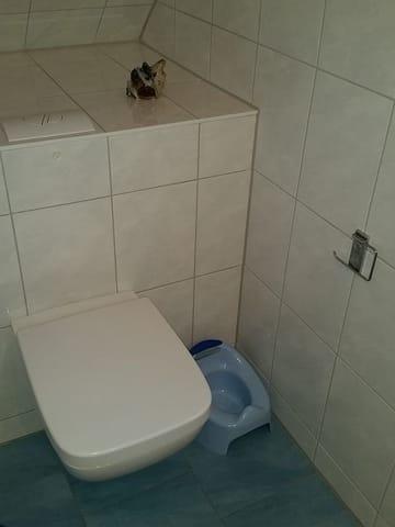 Dusche/WC; auch für die Kleinsten