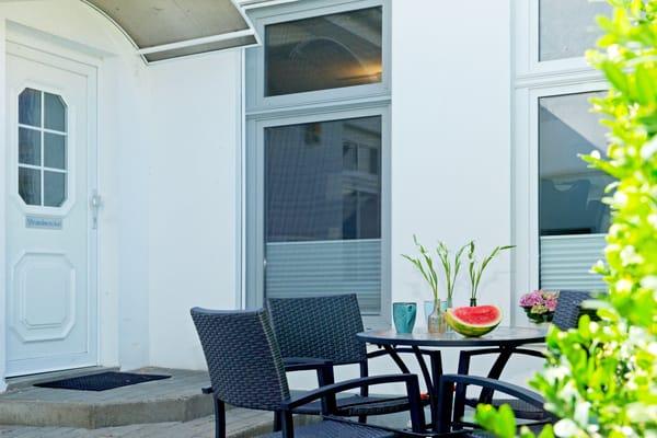 Lassen Sie einen erholsamen oder auch erlebnisreichen Urlaubstag bei einem Glas Wein auf der Terrasse ausklingen.