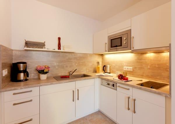 Die separate komplett ausgestattete Einbauküche verfügt zudem über Kühlschrank mit Gefrierfach, Mikrowelle, Ceran-Kochfeld (2 Platten), Spülmaschine, Wasserkocher, ...