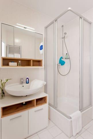Das Badezimmer ist mit Dusche, WC und einem Haarfön ausgestattet.