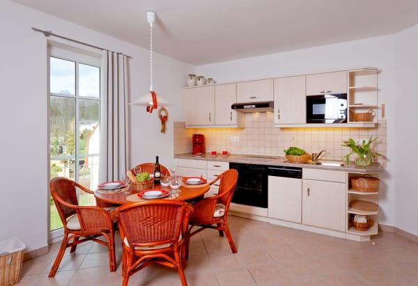 Die Küchenzeile bietet Dank Geschirrspüler,Kühlschrank m. Gefrierfach,Backofen,Mikrowelle,Wasserkocher,Toaster u. Kaffeemaschine  jeglichen Kochkomfort für die Zubereitung Ihrer Lieblingsspeisen.