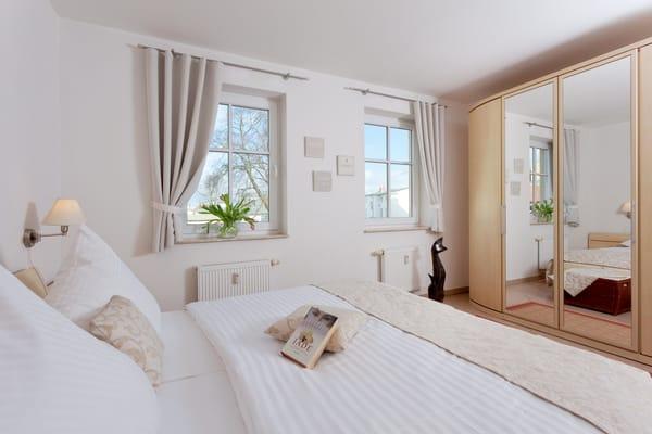 ... ein bequemes Doppelbett (180x200cm) zur Nachtruhe ein.